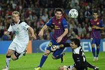 Brankář Plzně Marek Čech (vpravo) překazil akci Messimu (uprostřed) z Barcelony.