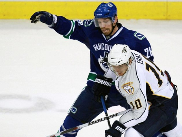 Martin Erat z Nashvillu (vpravo) a Mikael Samuelsson z Vancouveru.