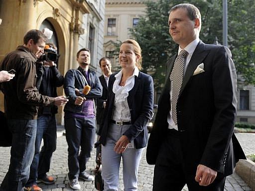 Zástupci VV Vít Bárta a Karolína Peake přicházejí na jednání K9, které se uskutečnilo 8. června v Praze. Koaliční lídři by se po úterním ultimatu Věcí veřejných měli poprvé sejít nad požadavky nejmenší vládní strany.