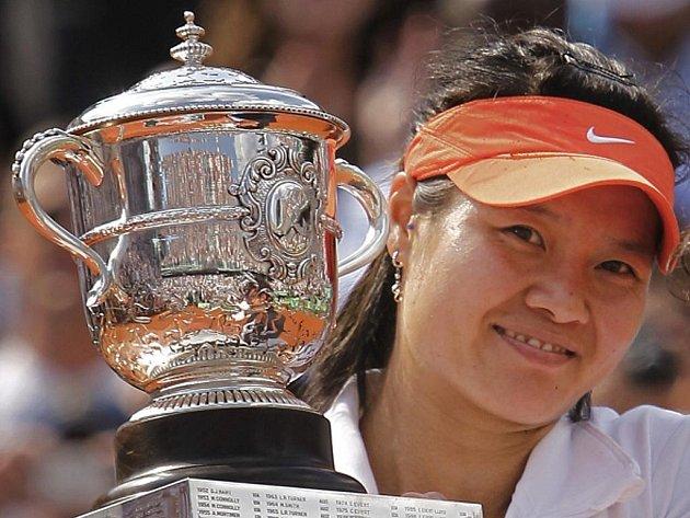 Li Na s trofejí pro šampionku Roland Garros.