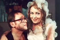 Jiřina Bohdalová jako redaktorka Sabrina ve filmu Čtyři vraždy stačí, drahoušku