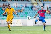 Fotbalisté Dukly (ve žlutém) proti Plzni.