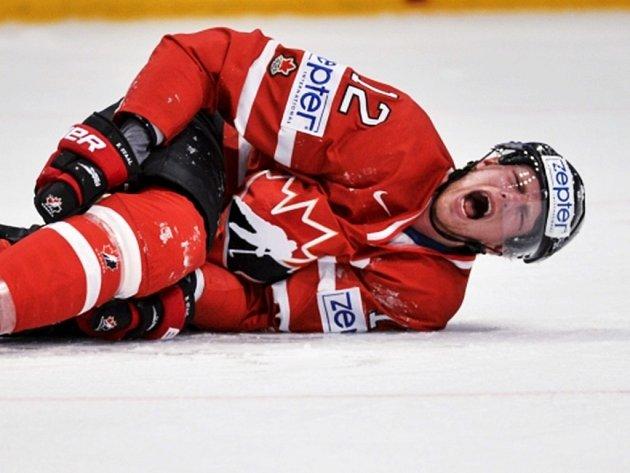 Eric Staal trpí bolestí po brutálním faulu kolenem Švéda Edlera.