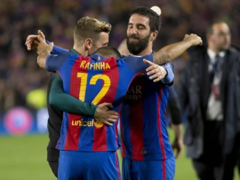 Fotbalisté Barcelony se radují z gólu proti Paris St. Germain.