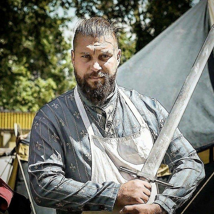 Ladislav Matěj se téměř dvacet let věnuje historickému šermu. Cvičení v domácím prostředí nahradilo pravidelné fyzické tréninky i rehabilitace. A vyhovuje mu to, návrat do fitness hned neplánuje.