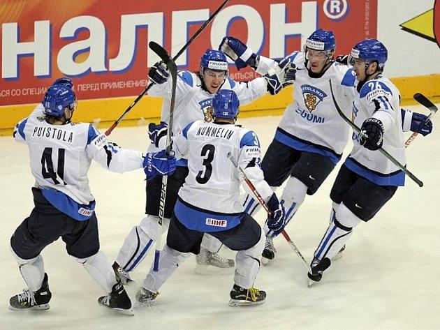 Jussi Jokinen (uprostřed) slaví se svými spoluhráči gól proti Slovensku.