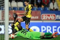 Víctor Machín ze Sevilly dává vyrovnávací gól brankáři Liberce Lukáši Hroššovi.