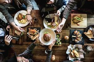 Z jídelníčků restaurací mizí strnad i vrabec, holoubata.