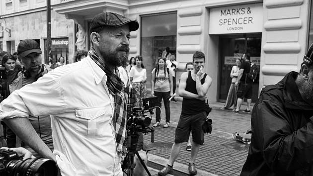 Kameraman Jakub Šimůnek při natáčení filmu Spící město
