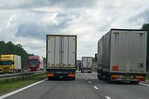 Předjíždění kamionů na dálnici.