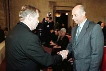 Josef Hasil obdržel v roce 2001 od prezidenta Václava Havla medaili Za hrdinství