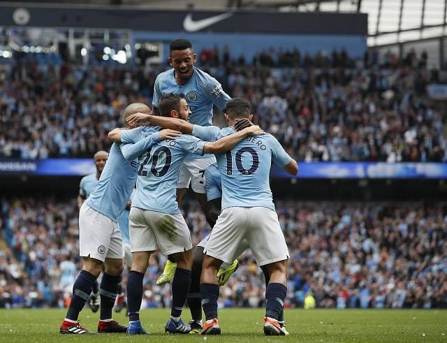 Hráči City slaví branku do sítě Huddersfieldu.