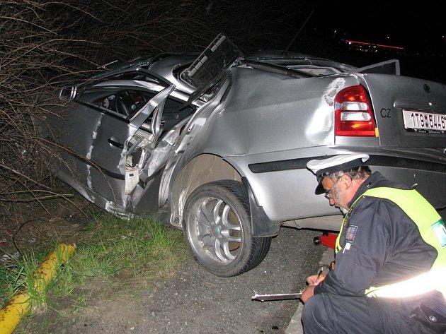 Třicetiletý řidič narazil do sloupu veřejného osvětlení na okraji Nového Jičína. Na místě zemřel, jeho mladá spolujezdkyně byla letecky transportována do ostravské fakultní nemocnice.