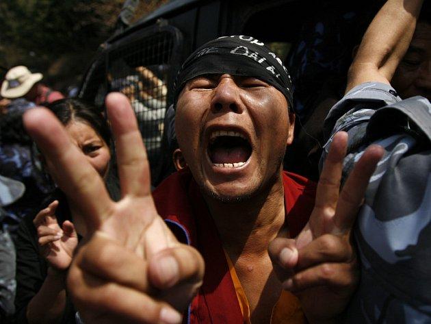 Zásah policistů proti nepálským podporovatelům čínou perzekvovaných Tibeťanů.