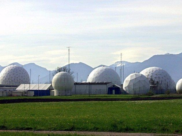 Pohled na středisko odposlouchávacích zařízení špionážních satelitů v americké Národní agentuře pro bezpečnost nedaleko Bad Aiblingu v německém Bavorsku.