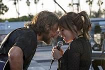 Bradley Cooper a Lady Gaga ve filmu Zrodila se hvězda