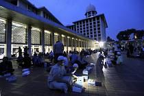 Žádat mešity o ztišení muslimského svolávání k modlitbě je v Indonésii nebezpečné, ilustrační foto