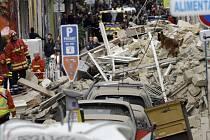 Záchranáři prohledávají trosky zřícených budov v Marseille.