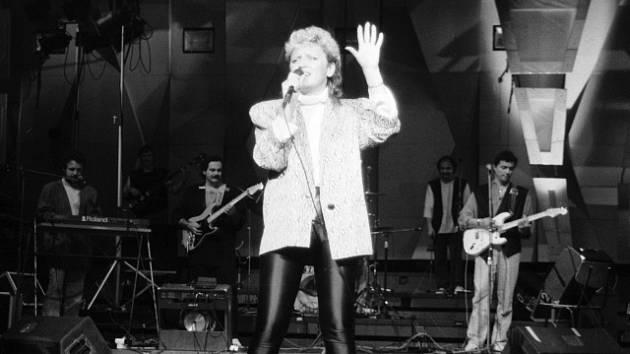 Zpěvačka Petra Janů s typickým účesem 80. let.