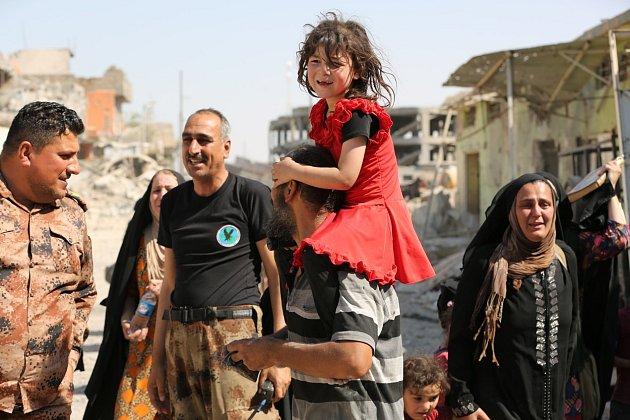 Civilisté v Mosulu spolu s iráckými vojáky