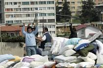 Muslimové z východobosenského města Srebrenica dnes v Sarajevu vytvořili protestní tábor.