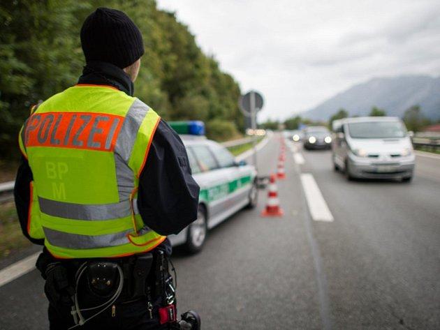 Dva britští řidiči ujeli 25 kilometrů v protisměru na dálnici A9 na jihu Rakouska, než je zastavili policisté. Jízda zahrnovala i desetikilometrový tunel.