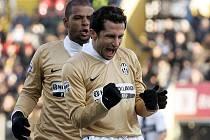 Záložník Juventusu Hasan Salihamidžič slaví gól v síti domácí Parmy.
