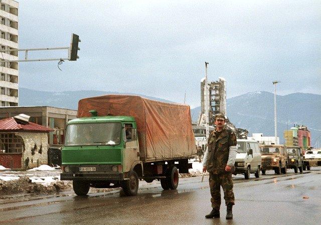 Jedna ze sarajevských ulic poničených dělostřeleckou palbou během bosenské války v roce 1992