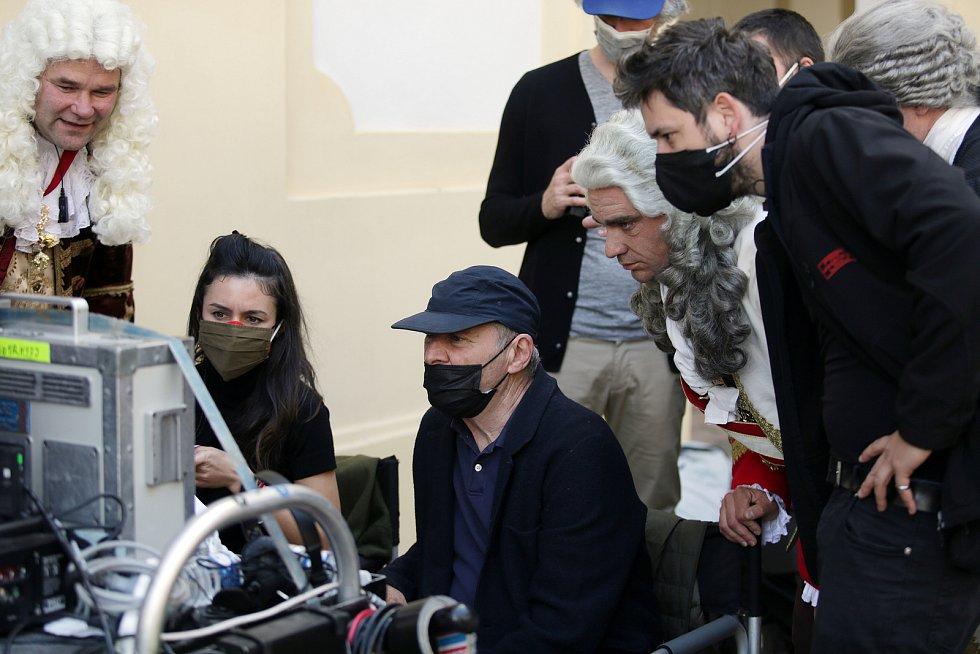 Režisér Robert Dornhelm kontroluje zkušební scénu a radí se s herci Vojtěchem Kotkem (vpravo a pomocným režisérem a hercem v jedné osobě Jiřím Severou.