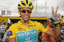 Španěl Alberto Contador ve žlutém dresu, o který přišel kvůli dopingu.