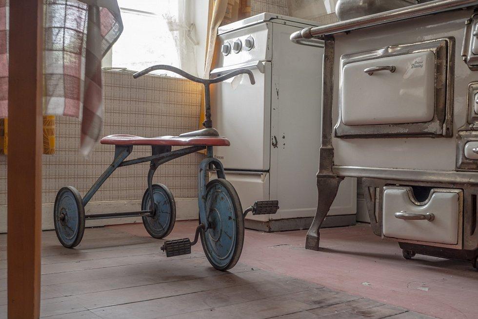 Kuchyňské vybavení bylo základní – kastroly, pekáče, mísy, náčiní jako nože, naběračky, vařečky.