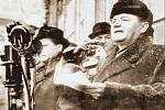 NECENZUROVANÝ SNÍMEK. Předseda KSČ a předseda vlády Klement Gottwald při projevu na Staroměstském náměstí v Praze, kam komunisté svolali 21. února 1948 nátlakovou demonstraci.
