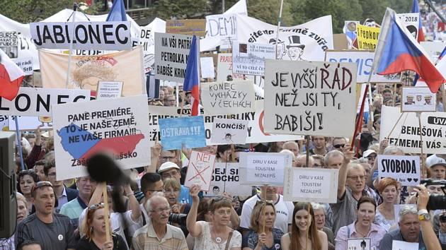 Lidé se sešli 4. června 2019 na Václavském náměstí v Praze k další ze série demonstrací za demisi ministryně spravedlnosti Marie Benešové a premiéra Andreje Babiše