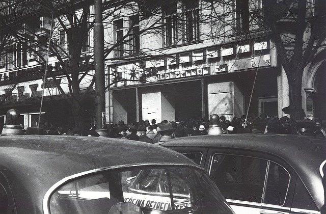 Zdemolovaná kancelář společnosti Aeroflot na Václavském náměstí v Praze po oslavách vítězství československých hokejistů 4:3 nad týmem SSSR na MS ve Stockholmu.