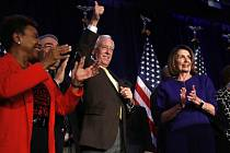 Předsedkyně demokratické menšiny ve sněmovně Nancy Pelosiová a demokratický kandidát Steny Hoyer se radují z výsledků voleb.
