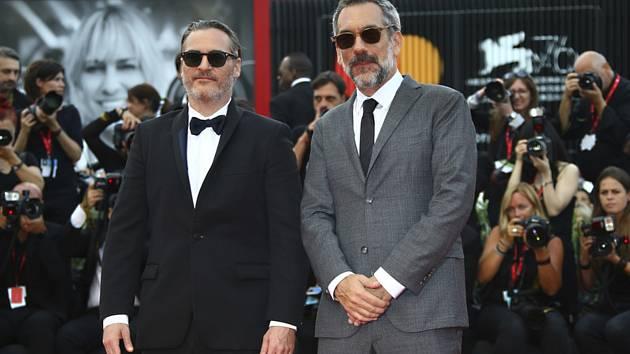 Herec Joaquin Phoenix (vlevo) a režisér Todd Phillips na závěrečném ceremoniálu filmového festivalu v Benátkách