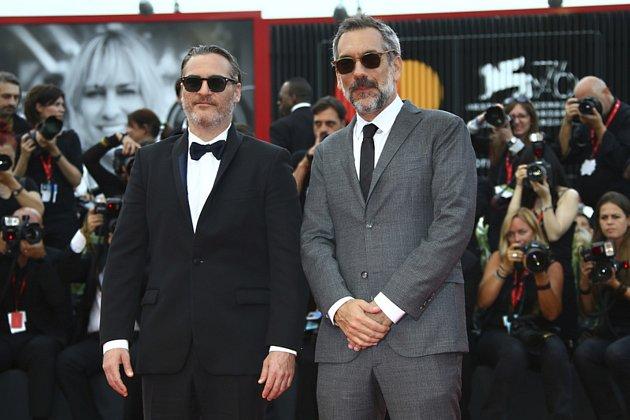 Herec Joaquin Phoenix (vlevo) a režisér Todd Phillips na závěrečném ceremoniálu filmového festivalu vBenátkách