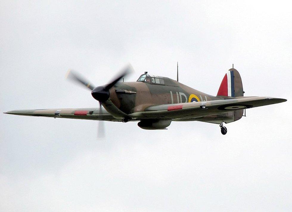 Stíhačka Hawker Hurricane. Navzdory slavnější pověsti spitfirů vybojovaly bitvu o Británii v první řadě právě hurikány