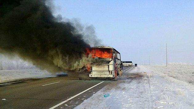Hořící autobus v Kazachstánu
