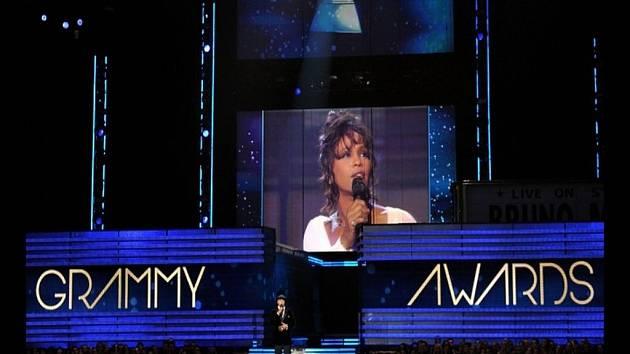 Grammy 2013: Průvodce večerem, rapper LL Cool J, vzdává poctu vloni zesnulé Whitney Houston.