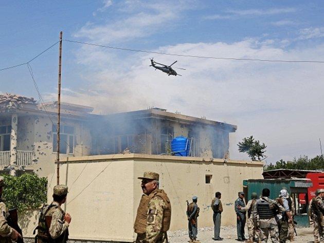 Afghánské hnutí Tálibán dnes raketovými útoky na mezinárodní letiště v Kábulu a americkou leteckou základnu Bagrám zahájilo jarní ofenzivu. Rakety, které dopadly na zmíněná zařízení, nezpůsobily žádné oběti ani zraněné.