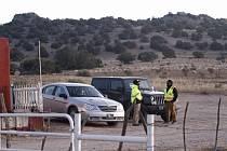 Bezpečnostní služba u vstupu do míst natáčení na Bonanza Creek Ranch, kde se natáčí film Rust. Herec Alec Baldwin během filmování zastřelil 22. října 2021 kameramanku a zranil režiséra