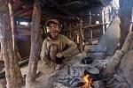 Nepál je jedna z nejchudších zemí vAsii i na světě. Asi tři miliony lidí trpí chronickým nedostatkem potravin a zhruba čtvrtina z30 milionů žije pod hranicí chudoby.