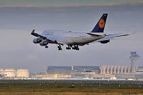 Boeing 747 přistává na letišti ve Frankfurtu