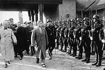 Kontroverzní návštěva. Bývalý král Eduard VIII. při návštěvě nacistického Německa v roce 1937. Na snímku prohlídka jednotek SS.