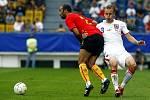 Česko - Belgie: Michal Kadlec (v bílém) a Belgičan Anthony Vandenborre.
