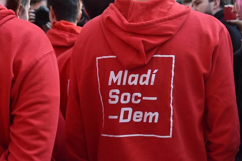 Mladí sociální demokraté v čele s předsedou Lukášem Ulrychem jsou ochotní vyjít do ulic, pokud vládu složí koalice. Zavládne podle nich politika sociálního hororu.