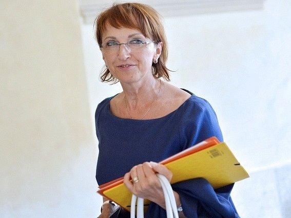 Ministryně kultury Alena Hanáková oznámila 12. června v Praze svůj odchod z funkce. Rezignuje ke konci června.