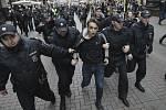 Policisté zatýkají opozičního demonstranta v centru Moskvy
