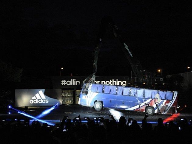 Francouzi zničili před MS v Brazílii autobus symbolizující krach z fotbalového šampionátu 2010.